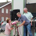 Einen Blumenstrauß aus den Händen von Dieter Wickenkamp erhält Elfie Schmidt.
