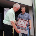 Dieter Wickenkamp dankt dem Initiator Wolfgang Schmidt mit einem Geschenk für sein Engagement
