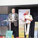 Der ev. Pfarrer Dietmar Gröning-Niehaus und der kath. Pfarrer Rainer Stahlhacke segnen die neue Sporthalle.
